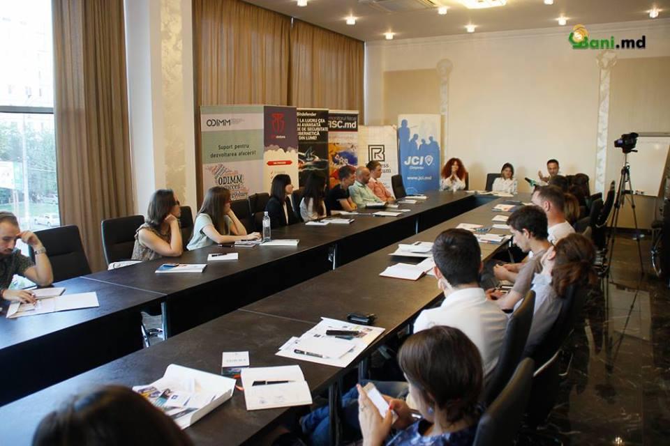 """Tineri antreprenori au participat la evenimentul """"De unde iau bani pentru finanţarea şi dezvoltarea afacerii"""""""