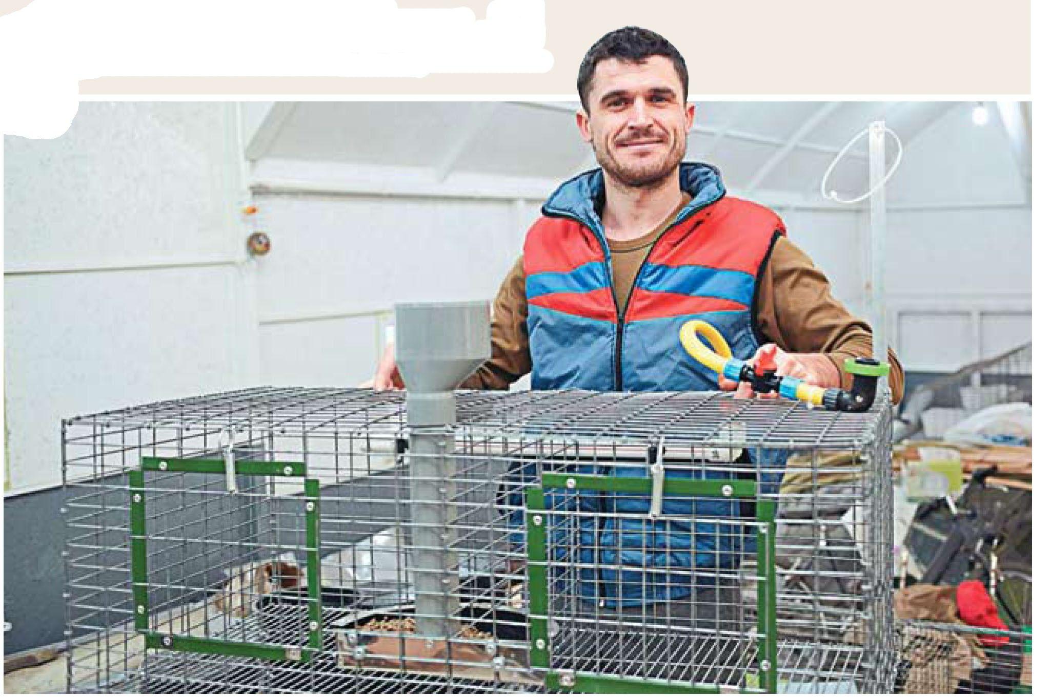 """Unul dintre beneficiarii Programului """"PARE 1+1"""" este cunoscut drept cel mai bun meşter de cuşti pentru iepuri"""